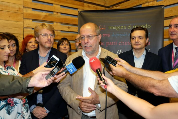 Francisco Igea atiende a los medios.