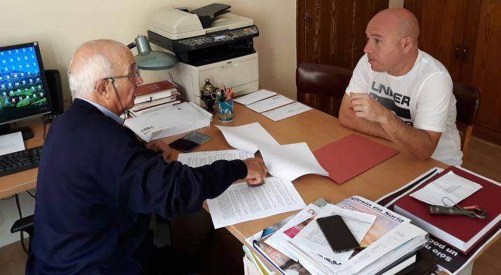 El párroco (izda.) con el representante de la adujudicataria durante la rúbrica del contrato. /DOS