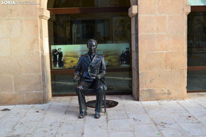 Escultura dedicada a Machado en la capital soriana.