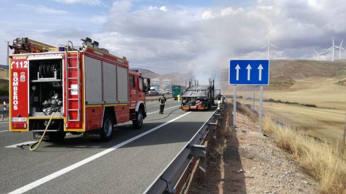 Foto 2 - Arde un camión en la A-2