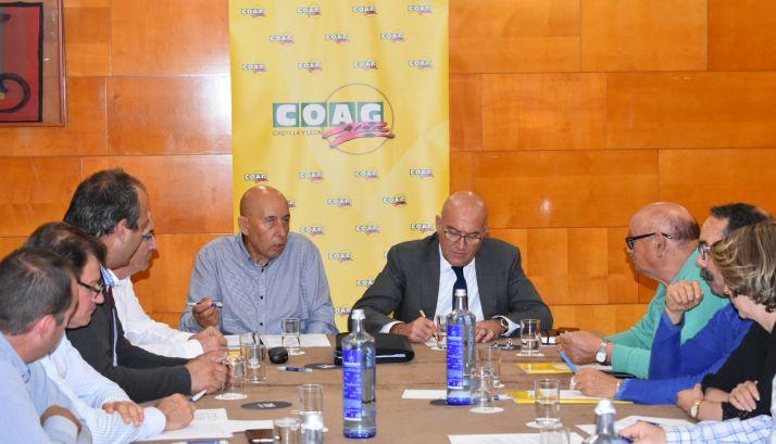 Carnero (dcha.), en la asamblea general de COAG CyL. /Jta.