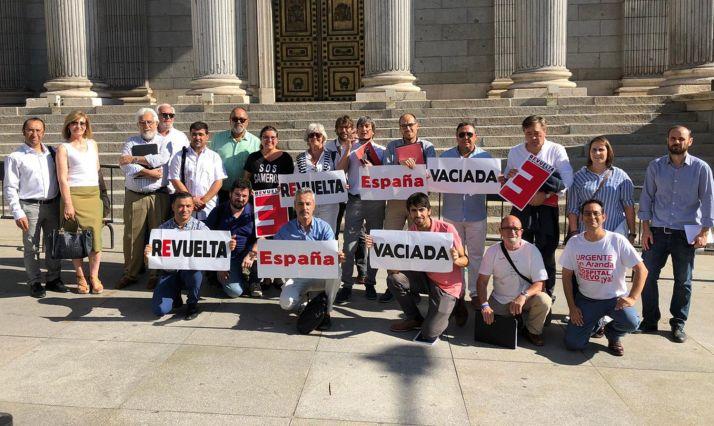 Miembros de la Coordinadora de la España Vaciada hoy frente al Congreso. /SoriaYa