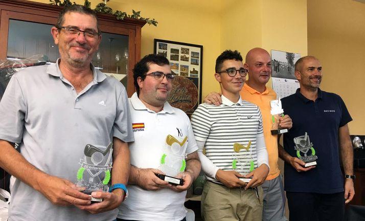 Los ganadores con sus trofeos.
