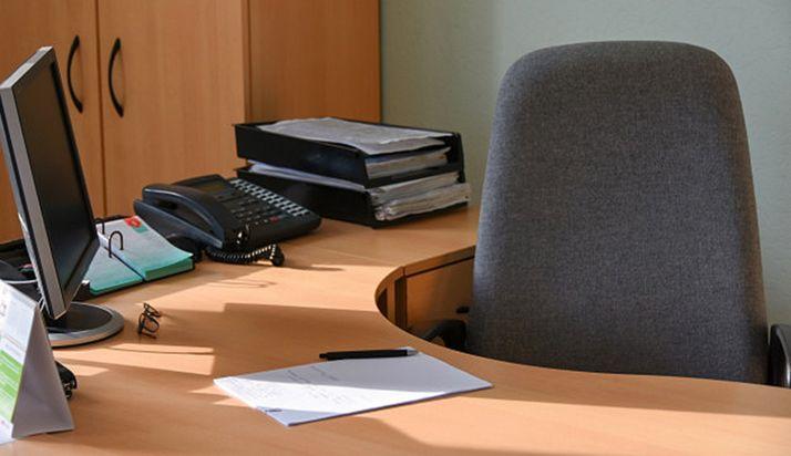 Foto 1 - La Junta plantea implantar las 35 horas para los empleados públicos de la Comunidad esta legislatura