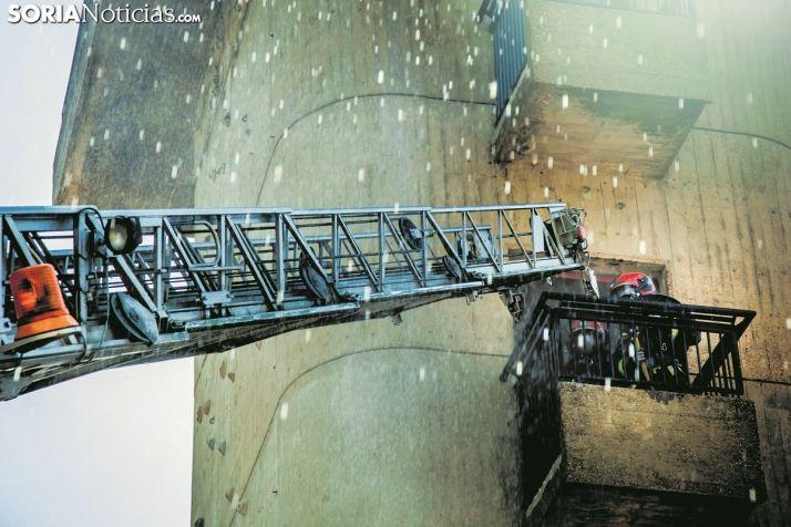 Los bomberos de Soria usando su autoescalera en una imágen de archivo de Soria Noticias.