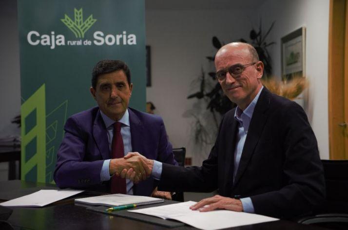 Foto 1 - Caja Rural y Proyecto Arraigo firman un convenio de colaboración