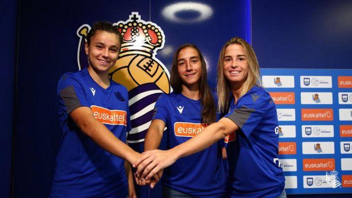 Lucía Rodríguez, justo en el medio, durante su presentación como nueva jugadora de la Real Sociedad. Real Sociedad