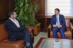Fernández Mañueco, a la derecha, se reúne con Luis Tudanca, a la izquierda. Junta de Castilla y León