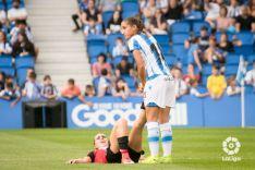 Lucía Rodríguez, con la Real Sociedad, ayuda a una jugadora del Athletic con molestias. LaLiga