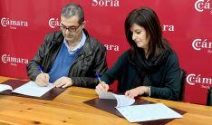 Milagros Pérez y Alberto Santamaría en la firma del acuerdo. /CC