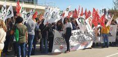 Una imagen de la concentración a la entrada de la Delegación de la Junta en Soria.