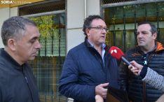 José Antonio Gallego, con dos compañeros, en su comparecencia ante los medios informativos. /SN