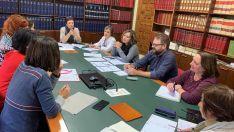 Reunión en el ayuntamiento entre responsables municipales y de los centros implicados.
