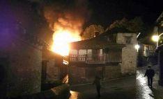 Una imagen del incendio urbano declarado anteayer en la localidad leonesa. /DL