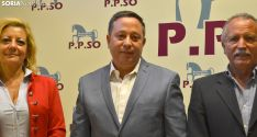Sainz, arropado por Ascensión Pérez y José Antonio de Miguel esta tarde. /SN