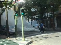 Expansión de humo en Mariano Vicén, provocada por la revolución sonora de un vehículo.