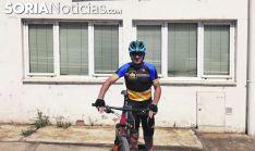 Carmelo Gómez listo para empezar una sesión de entrenamiento con la bicicleta / daniel alcalde