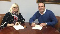 Carmen Rivera, del CEIP Manuel Zorrilla con el regidor burgense.