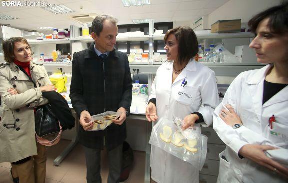 Pedro Duque, acompañado por la consejera de Educación, con investigadoras del Centro de los Alimentos. /SN