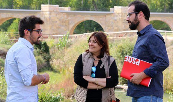 Hernández, (dcha.) y la alcaldesa de la localidad, María Luisa Aguilera.