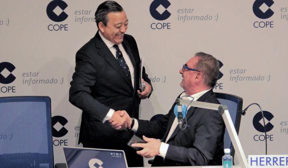 Castro, (izda.) saludando al director del espacio radiofónico.