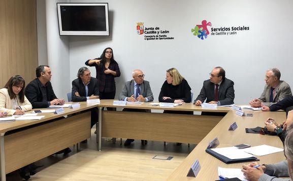 Renión entre responsables de la Consejería de Familia e Igualdad y del CERMI. /Jta.