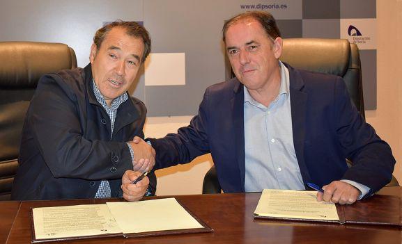 Irigoyen (izda.) y Serrano, tras la rúbrica del acuerdo. /Dip