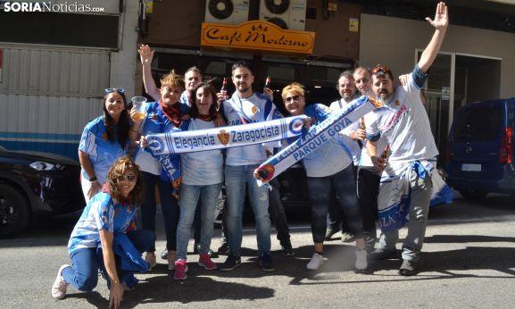 Seguidores del CD Numancia ante el 'cuartel general' baturro antes del partido. /SN