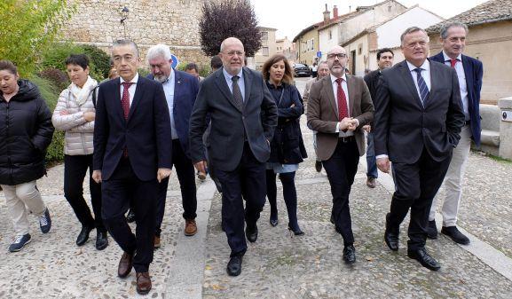 Igea, en el centro, durante su visita este martes a Lerma. /Jta.