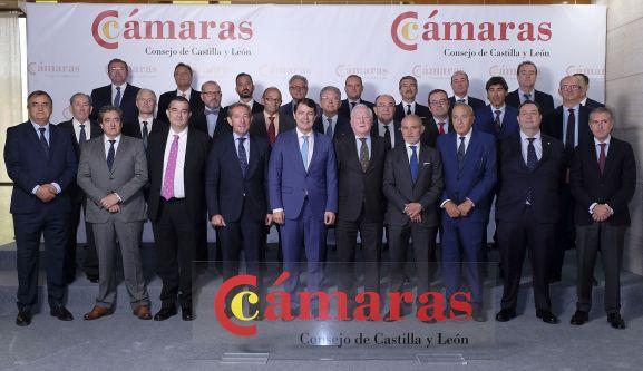 Fdez. Mañueco (ctro.) con responsables de las instituciones camerales de CyL. /Jta.