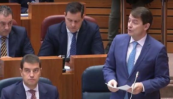 Alfonso Fernández Mañueco (dcha.), en su intervención plenaria este martes.