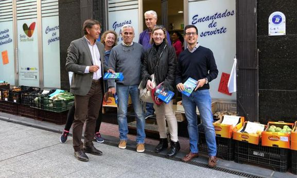 Visita de los candidatos populares a un establecimiento de ultramarinos en Ólvega.