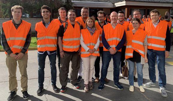 Grupo de socios del APROVE en visita a Kronospan, en Castañares. /Jta.