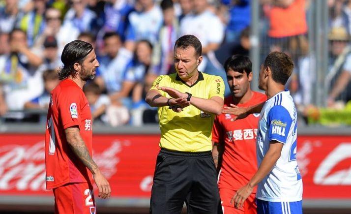 Luis Toca, custodiado por Escassi y Marc Mateu. LaLiga