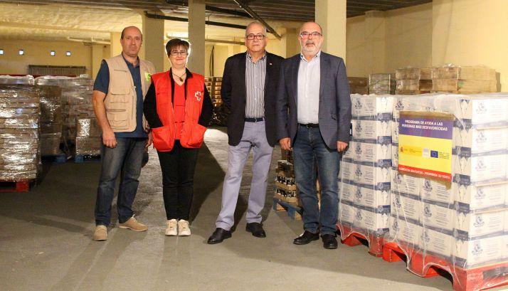 Latorre (dcha.) con Fernández y dos voluntarios de Cruz Roja este martes. /Subdelegación