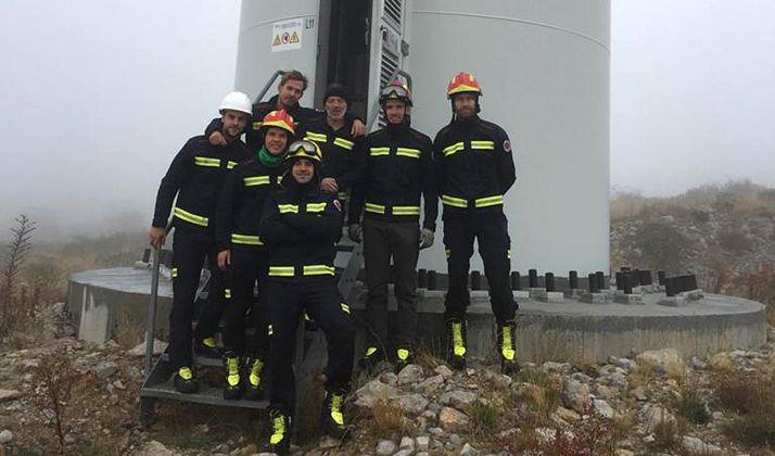 Los bomberos, junto a un aerogenerador en Trébago. /Ayto.