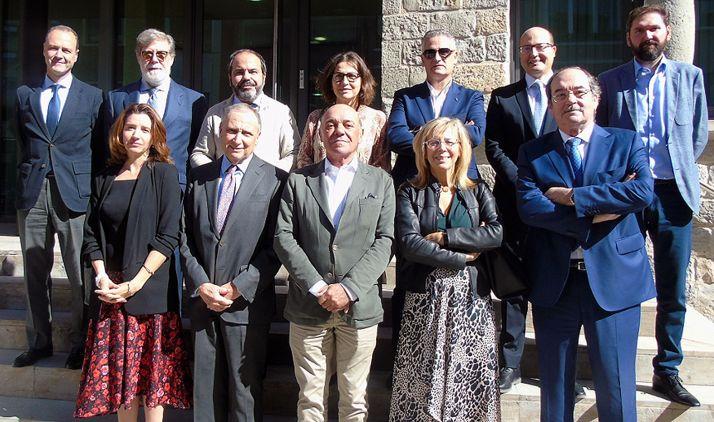 Santiago Aparicio, (2º arriba izda.) junto con responsables de las patronales asistentes. /CEN