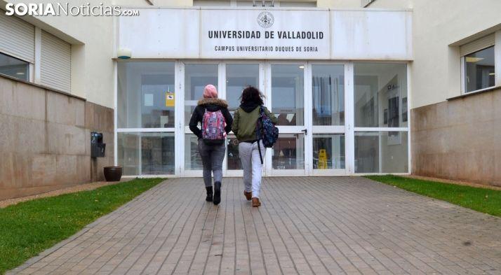Estudiantes entrando al Campus de Soria.