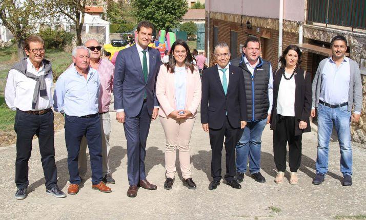 Carcedo, (3º dcha.), en su visita al municipio burgalés de Carcedo de Bureba. /Jta.