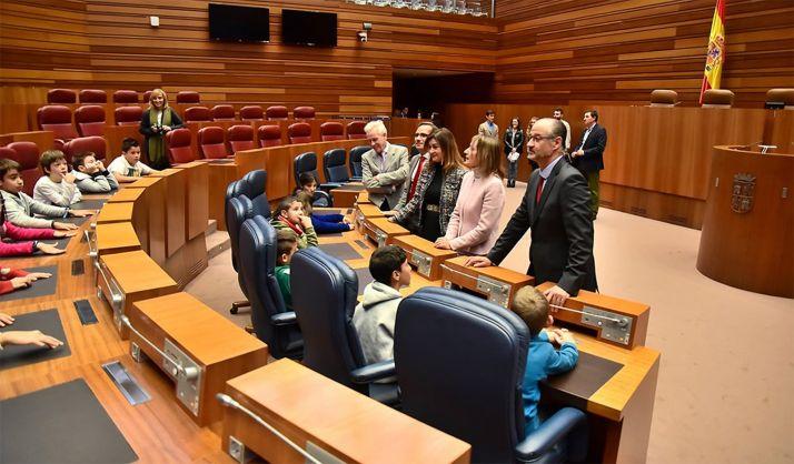 El presidente de las Cortes de Castilla y León, Luis Fuentes, y el resto de las autoridades recibe a un grupo de escolares en el hemiciclo tras la firma del convenio con la Consejería de Educación.