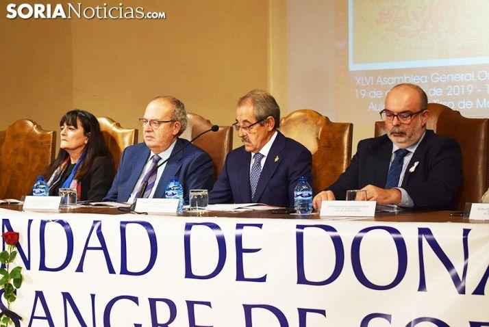 Foto 1 - Pilar Monreal Angulo, Mª del Carmen Pérez y Florentino Sanz reciben el reconocimiento de los Donantes de Sangre