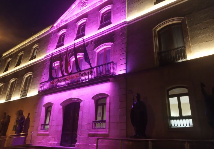 Fachada de Diputación Provincial iluminada de rosa.
