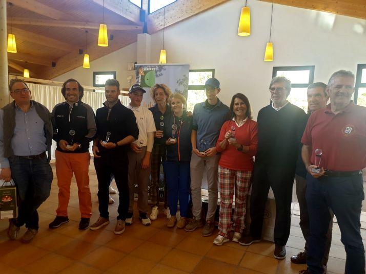 Foto 1 - Esther Garcés, Iñaki Peña y Jesús Navarro, ganadores del Foes 2019 de golf