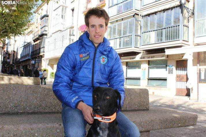 Jorge García, en la plaza Mayor, junto a un miembro de su familia canina. SN