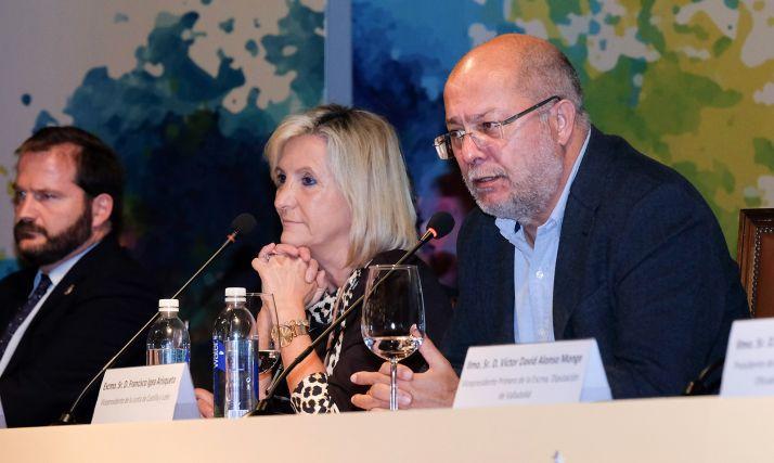 Igea, junto a la consejera de Sanidad, Verónica Casado en la apertura del congreso de farmacéuticos.