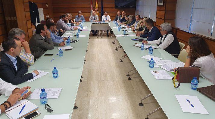 Reunión de la Junta con representantes de sectores afectados. /Jta