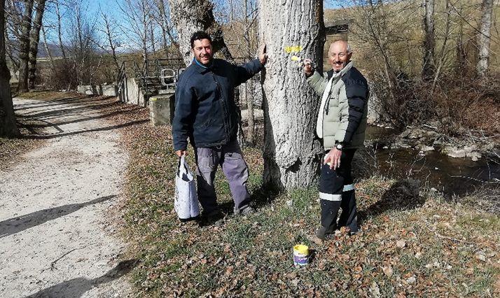 Voluntarios en la señalización del sendero que une Linares con San Pedro Manrique. /matasejun.blogspot.com