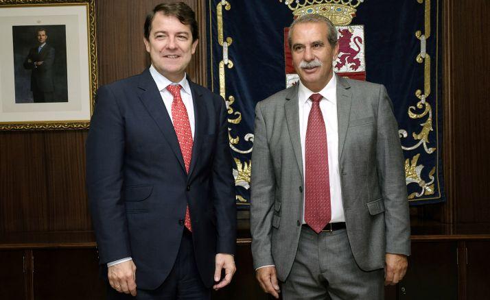 Agustín Sánchez de Vega, (izda.), junto con el presidente de la Comunidad. /Jta.