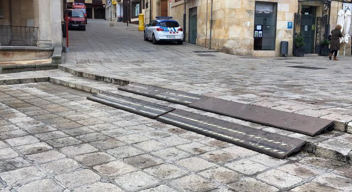 Una imagen de las rampas en unos de los escalones de la plaza. /SN
