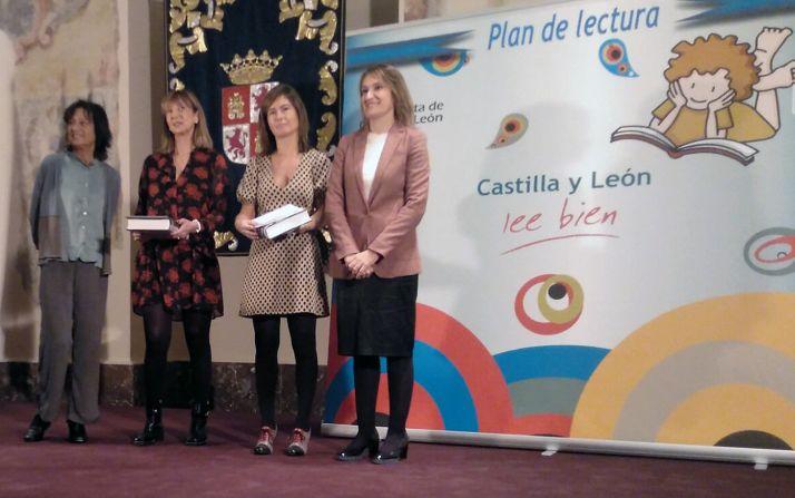 Las premiadas, en el centro, junto a la consejera (dcha.) en la entrega del premio. /FMD